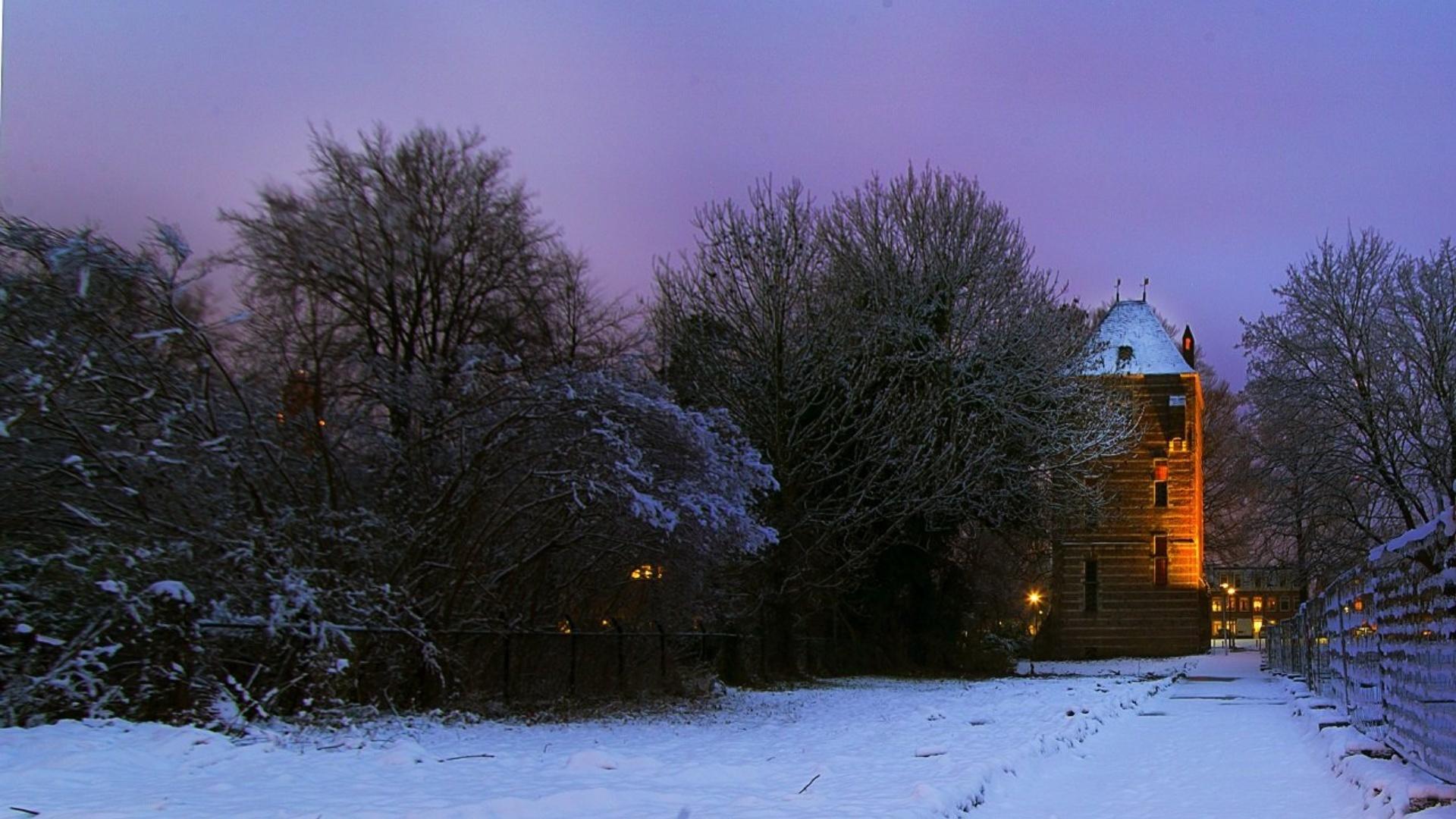 Verlichte kasteeltoren in de winter I Foto: Mohammad Bakhash